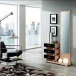Recibidor color madera y negro con espejo vertical y cajones